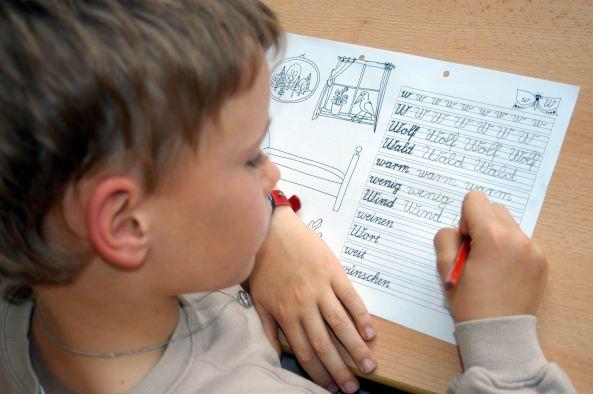 bambino-compiti-